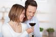 glückliches paar mit einem glas rotwein