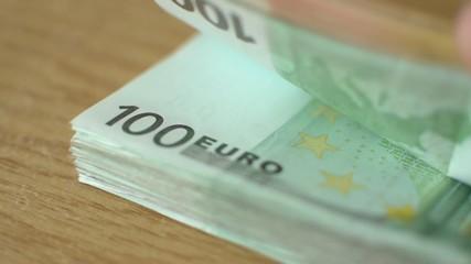 Euro Geldscheine auf dem Tisch