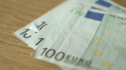 Euro Geldscheine auf dem Tisch werden gezählt