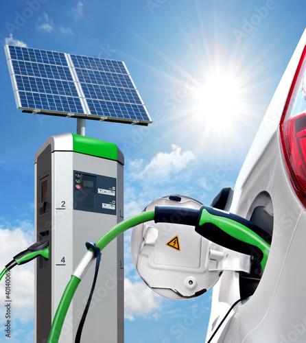 E-Car an Solartankstelle mit Solarpanel - 40140069