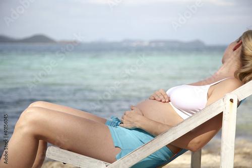 junge schwangere frau macht urlaub in thailand