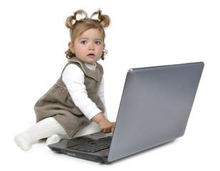 Niña sentada frente al ordenador.