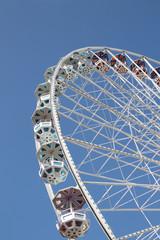 Riesenrad vor blauem Himmel - Hochformat