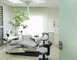 Zahnarztstuhl in moderner Zahnarztpraxis Kieferorthopäde