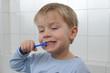 Kleiner Junge putzt sich die Zaehne.
