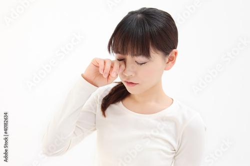 目を触る女性