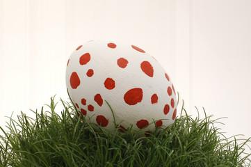 Osterei weiß mit roten Punkten