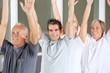 Senioren machen Aerobic im Fitnesscenter