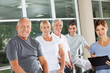 Seniorengruppe mit Fitnesstrainerin