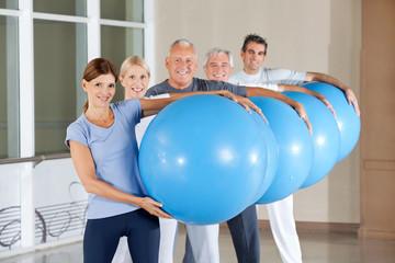 Seniorengruppe trägt Gymnastikbälle