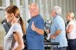 Senior zeigt Daumen hoch auf Laufband