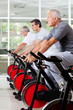 Senioren im Spinning-Kurs im Fitnesscenter