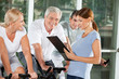 Fitnesstrainierin mit Senioren