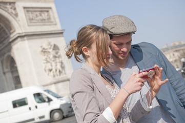 Regarder des photos aux champs Elysées - Paris