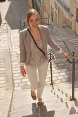 Femme montant les escaliers