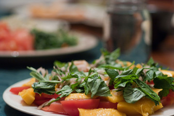 Green salad with mango and tomatoes