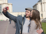 Fototapety Couple se prenant en photo sur le Trocadéro à Paris