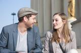 Fototapety Couple discutant sur la place du Trocadéro - Paris - France