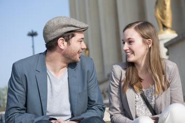 Couple discutant sur la place du Trocadéro - Paris - France