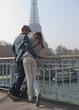 Couple d'amoureux sur un pont de paris - Paris