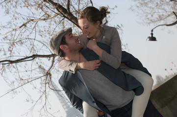 Jeune couple qui chahute à Paris
