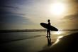 Surfer steht am Strand