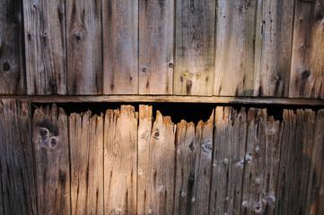 Holztor mit ausgefransten Latten
