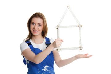 handwerkerin präsentiert symbolisch ein haus