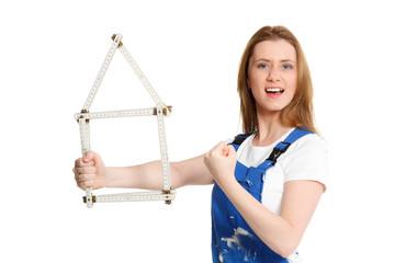 starke handwerkerin plant ihr eigenheim