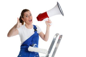 handwerkerin mit megafon zeigt daumen hoch