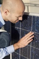 Experte kontrolliert Solaranlage