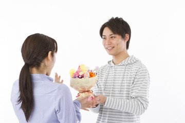 花束を送るカップル