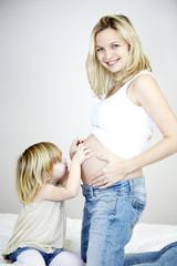 junge schwangere mutter mit ihrer tochter