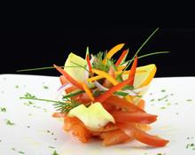 Gourmet-Gericht. Geräucherter Lachs mit Gemüse