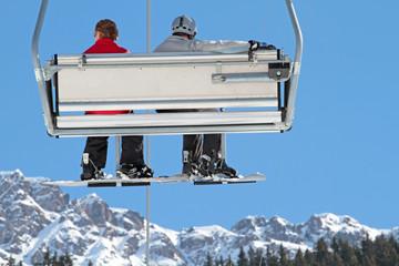 Snowboarder im Sessellift