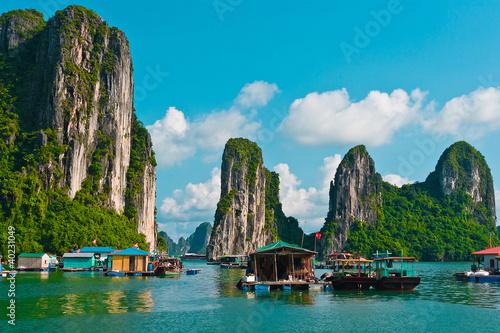 Leinwanddruck Bild Floating fishing village in Halong Bay