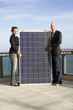 Verkäufer mit Solaranlage