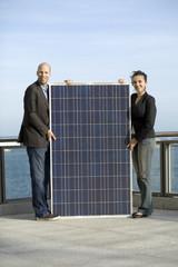 Geschäftspartner mit Solarpanel