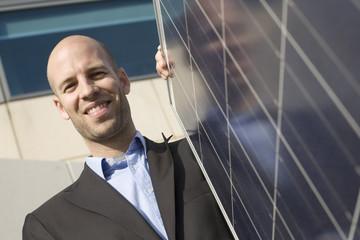 Mann an Solaranlage