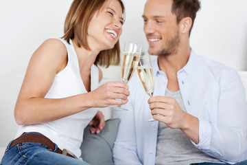 lachendes junges paar mit sekt