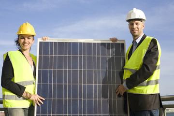 Zwei Ingenieure mit Solaranlage