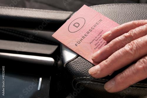 Führerschein mit älteren Händen