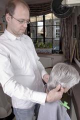 Friseur passt Perücke an