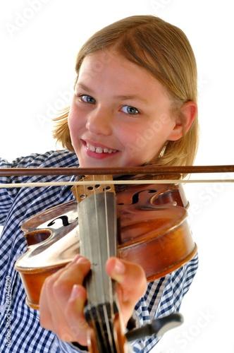Kind mit Violine vor Weiss