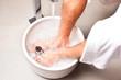 Mann macht ein Kneipp Fußbad