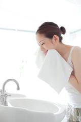 洗顔・顔を拭く女性