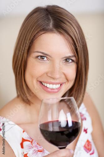 portrait einer schönen frau mit rotwein