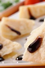 Formaggio parmigiano e aceto balsamico, close-up