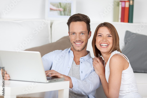 lachendes paar am laptop