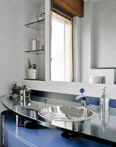 dettaglio del lavabo di acciaio in un  bagno moderno